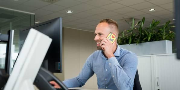 Collega aan het bellen op kantoor
