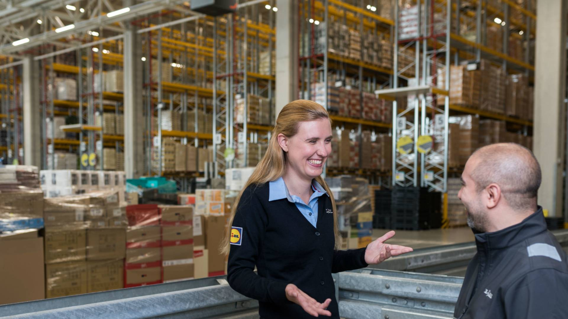 Logistiek management trainee in gesprek met teammanager