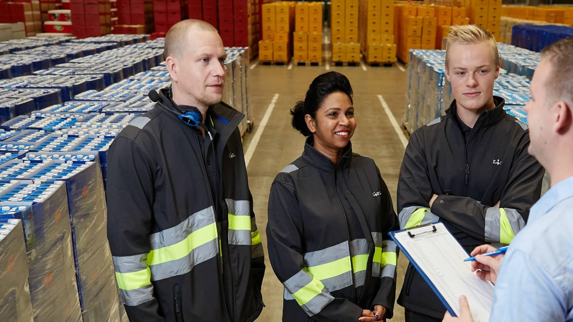 Teammanager in gesprek met orderverzamelaars