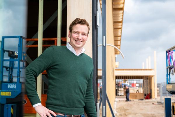 Collega Thijs van de afdeling bouw op de bouwplaats
