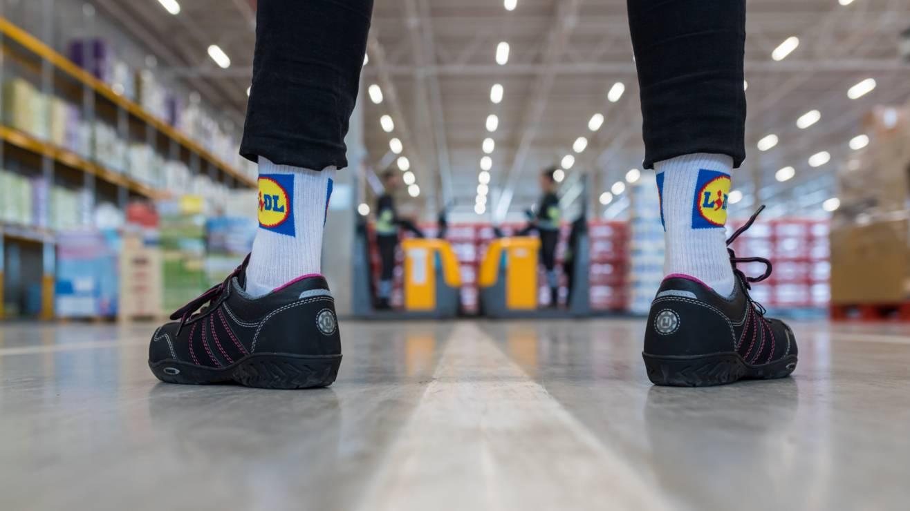 Collega met Lidl sokken in het distributiecentrum