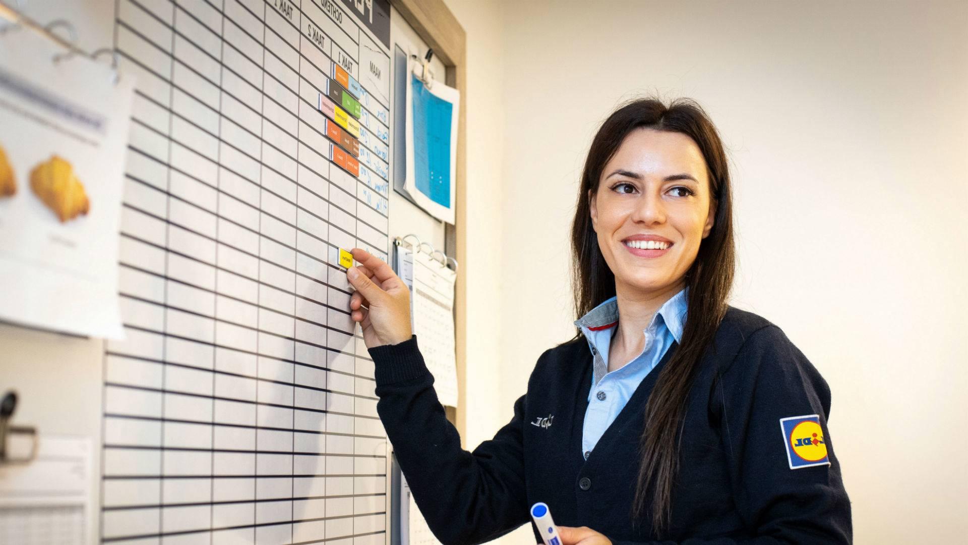 Plaatsvervangend supermarktmanager bezig met planning