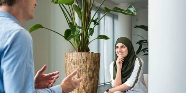 Trainee in gesprek met Lidl collega